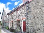 TY KILMORE, pet-friendly, multi-fuel stove, enclosed courtyard, in Cemmaes, Ref 20882