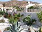 luxury villa stands on a plot of land 600m ² with a beautiful landscaped garden. The garden offers a
