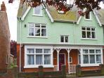 TWO BAYS, five bedrooms, small cottage garden, five mins from beach in Hornsea, Ref 16961