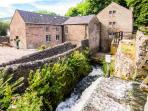 THE MALTHOUSE, en-suite facilities, feature beams and stonework, WiFi, garden and mill pond, in Cromford, Ref 17888