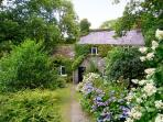 ROYAL OAK FARMHOUSE, character holiday cottage, with a garden in Betws-Y-Coed, Ref 1077