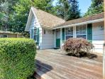 Cozy, pet-friendly cottage with hot tub, 3 blocks from beach