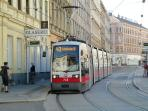 3 minutes to the tram to 'Schottentor Universität' in the city center