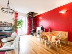 Bed & breakfast le refuge Renoir - the living room of the apartment with the stairs to th