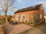 FOLLY FOOT BARN, pet-friendly wheelchair accessible cottage, woodburner, WiFi, Hinstock Ref 923064
