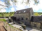 THE WATERMILL, converted water mill, exposed beams and original mill workings, WiFi, two hot tubs, near Bradbourne, Ref 904068