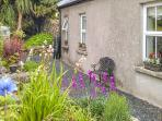 GABLE COTTAGE, detached, multi-fuel stove, pet-friendly, enclosed courtyard, in Roundstone, Ref 924976