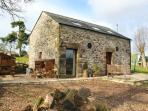 HIGH CROFT, romantic detached cottage with woodburner, grounds, Matlock Ref 28843
