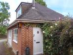 WOONTON HOUSE, WiFi, use of leisure facilities, patio, near Woonton, Ref 925301
