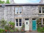 RIVERBANK COTTAGE, terraced cottage with open fire, WiFi, king-size bed, river views, near Buxton, Ref 915901
