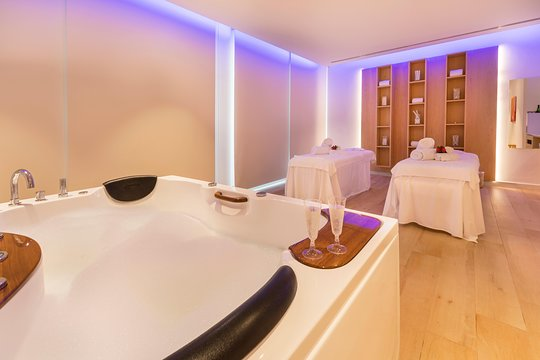 Romantic Couple Massage Spa Entry And Private Jacuzzi With Cava