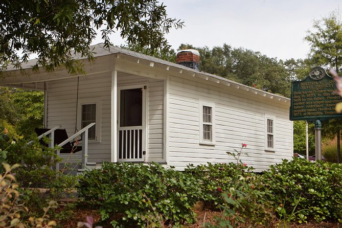 Elvis Presley's Childhood Home with Lunch & Transportation from Memphis