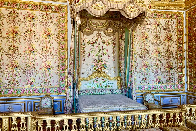 Versailles Palace & Marie-Antoinette's Estate Private Guided Tour with Lunch