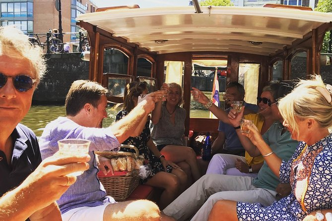 Cultural tour in French with aperitif on historic boat
