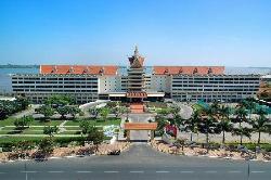 从房间可以看到对面的五星酒店和湄公河