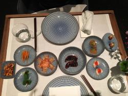 这家餐厅是家fusion餐厅,一上来就好像韩式上了一桌的开胃小菜。我们没点他们的course dinner, 点了 ala carte. 鹅肝泥混绿茶,甜辣虾,柠檬鸡胸和烤鸭。道道都非常特别个