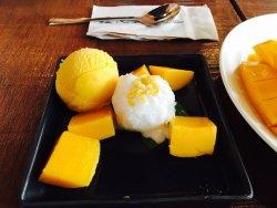 芒果很甜糯米飯和椰漿在一起也超級香⋯很棒的店超級推薦