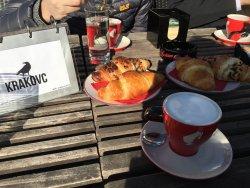 盲选的地方,因为早上起来太阳很好,昨天乱逛的时候路过这个咖啡厅,发现河边有座位,结果没选错,卡布奇诺好喝,去的时候面包只有几个了,也好吃啊!