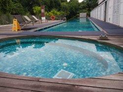 酒店最大的一个泳池