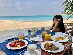 丰盛的早餐~ 就在沙滩和海岸旁