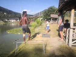 渔场非常好的朋友,协助我钓到了大鱼