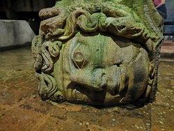 美杜莎头像的柱子