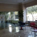 酒店隔壁就是上海银行,夜间从大堂就可直接进入自助银行