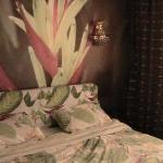 俺的翠绿色大床房,与咖啡色的墙面形成了强烈的色彩对比