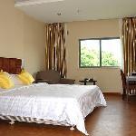 房间:面积30平方米;床型床宽:1张床/1.8x2米;6-7层/12间,晶电视,保险柜,独立卫生间,24小时热水。