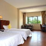 房间:面积30平方米;床型床宽:2张床/1.2x2米;6-7层/14间;空调,冰箱,液晶电视,保险柜,免费提供宽带上网;独立卫生间,24小时热水。