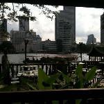 早餐时用iphone拍的河景,难得那天是阴天:)
