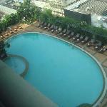 酒店游泳池还不错,在楼顶上