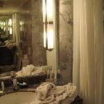 卫生间比较小,光线暗,设施旧