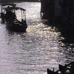夕阳西下时的小舟轻荡