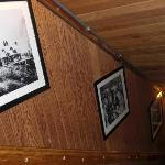 楼梯间的木墙上挂着Alta的历史图片