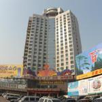 金花大酒店的外观,位于市中心