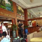 酒店大厅和服务员