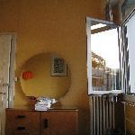 房内另一侧,还好有个窗户