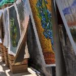 画廊旅馆的院子里挂满了画