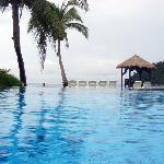 酒店的平行游泳池
