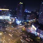 酒店外繁华的大街