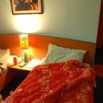 床和鲜艳的床罩