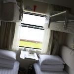 里面和一般的软卧车厢几乎一模一样,每个辅位都有自己的独立电视,带耳塞的。