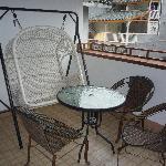 阳台上的摇椅和桌子