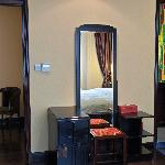房间内的古董梳妆台
