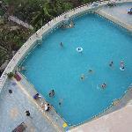 酒店三楼的游泳池