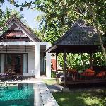 我们住的villa,一个卧室、配私人泳池和亭子,墙外就可以看到河对岸的梯田