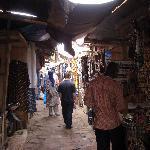 徜徉在市场内部的街道(2).