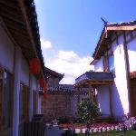 纳西人传统 – 屋顶上的瓦猫