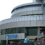 到达世博4号门旁的上海浦东游泳馆,9:35